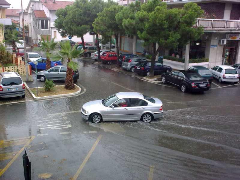 Il piazzale comunale allagato dalle piogge di martedì 4 agosto